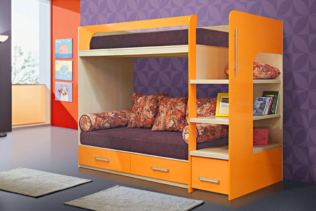 Еще один способ организовать пространство - двухъярусная кровать с диваном внизу, имеющая выдвижные ящики для хранения белья и ступеньки, которые можно использовать в качестве полок