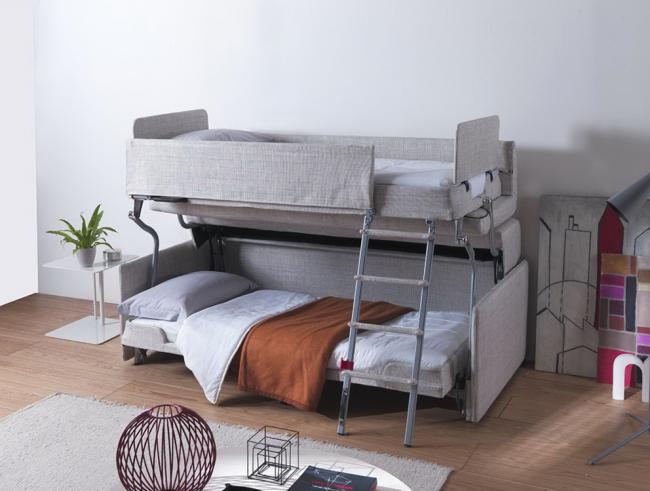 Диван трансформер в двухъярусную кровать для детской комнаты: имеет бортики и мягкую обшивку ступеней
