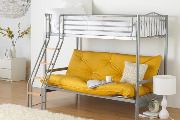 Комбинированный вариант лестницы на второй этаж кровати: металл и дерево