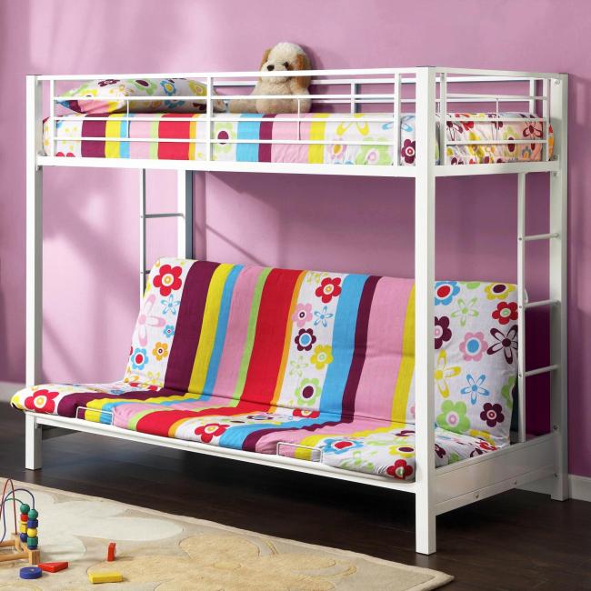 Даже самую простую двухъярусную кровать с диваном внизу можно сделать интереснее, подобрав яркую обшивку