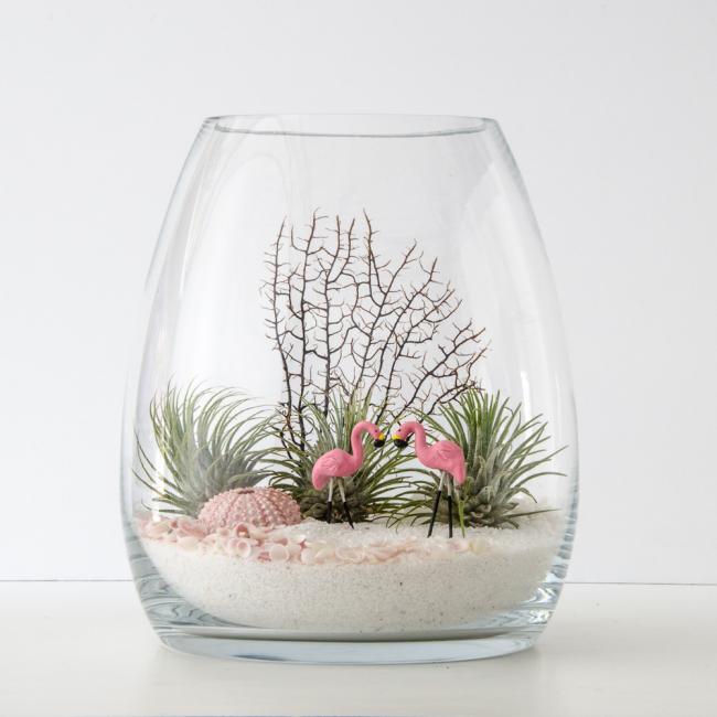 В качестве декора для своего флорариума вы можете использовать как натуральные материалы - к примеру ракушки и итересные камешки, или же покупные мелочи как фигурки животных - их можно найти на любой вкус, практически в каждом магазине для рукоделия