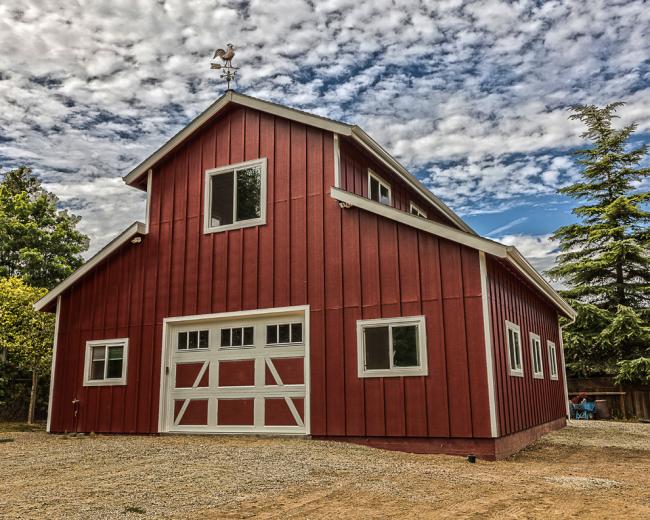 Флюгер-петух - популярное украшение домов в сельской местности