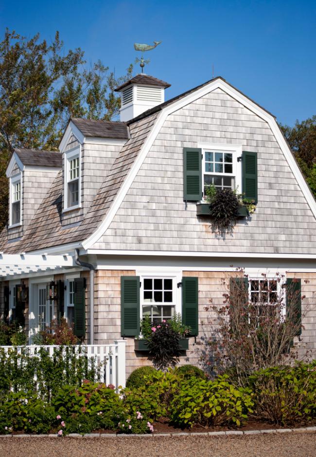 Флюгер на крыше дома в викторианском стиле