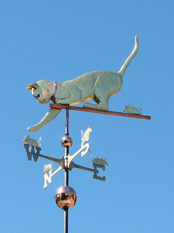 Традиционный ветряной флюгер с изображением кошки и мышей, расположенных на каждой стрелке