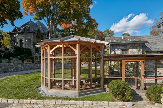 Флюгер можно установить не только на крышу дома, но и на другие здания. Например, флюгер в виде курицы с цыплятами можно установить на крышу курятника