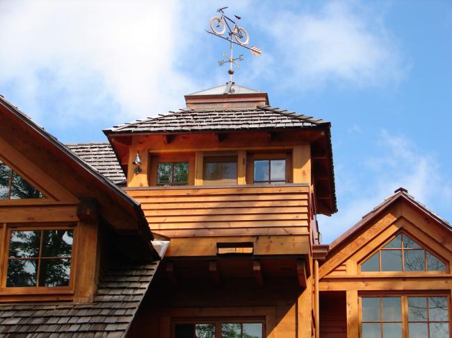 Деревянный домик в деревне можно украсить флюгером в виде велосипеда