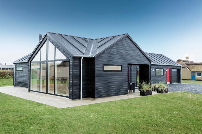 Красивое сочетание стекла и черной деревянной отделки в дизайне небольшого загородного дома