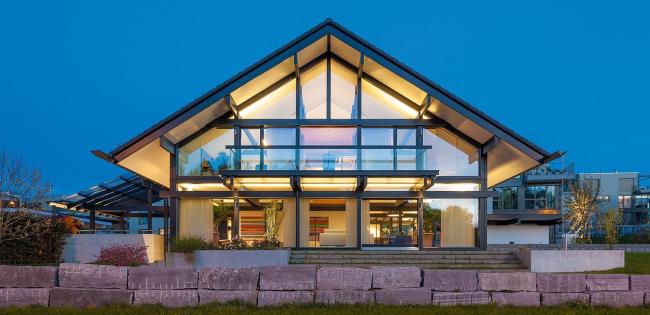 Каркасный дом со стеклянными стенами смотрится очень стильно