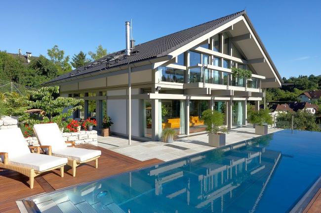 Фронтон из стекла в дизайне каркасного дома