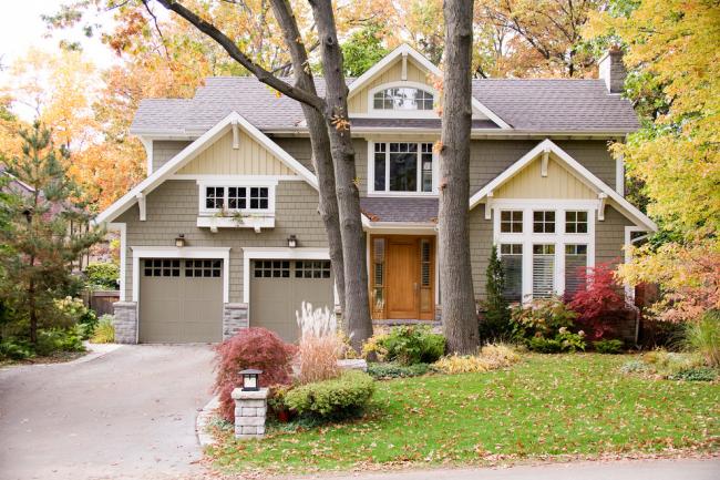 Красивый двухэтажный дом с мансардой и гаражом на две машины