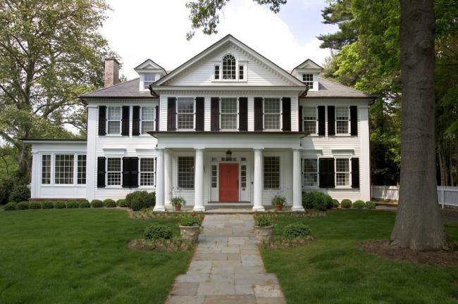 Черно-белый фасад отличный вариант для дома в классическом стиле