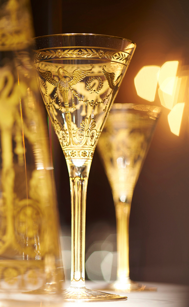 Хрупкие хрустальные фужеры для шампанского выглядят невероятно завораживающее в приглушенном свете