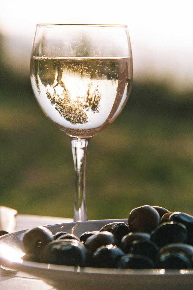 Белое шампанское выглядит невероятно красиво, сверкая в солнечных лучах