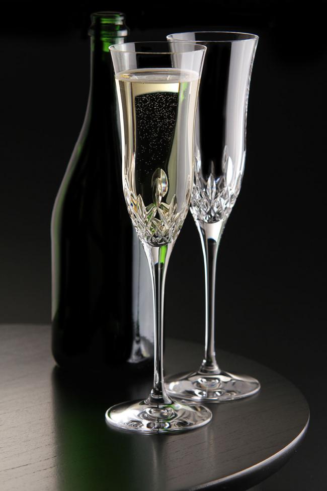 Элегантные высокие хрустальные фужеры для шампанского с узорами у основания бокала