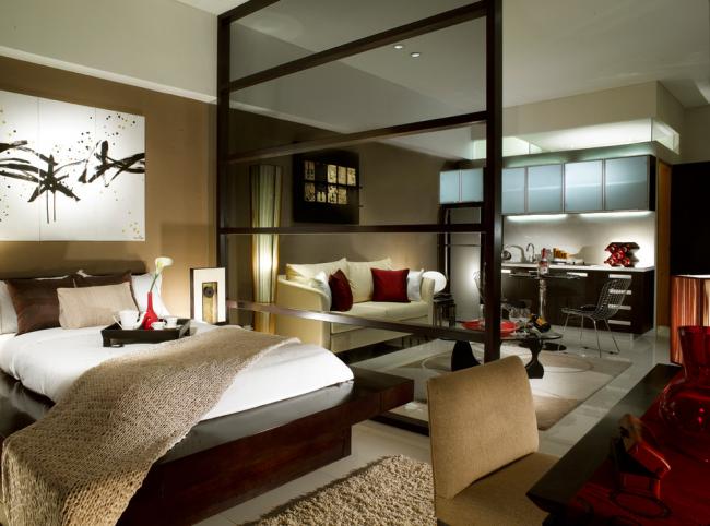 Спальную зону можно визуально отделить от гостиной с помощью тонированного стекла