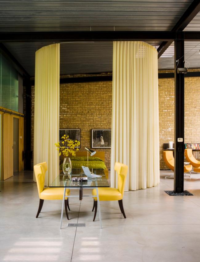 Легкие занавеси подходят для разделения пространства в комнате любых размеров. В просторной студии с высокими потолками они элегантно обозначат зону приватности