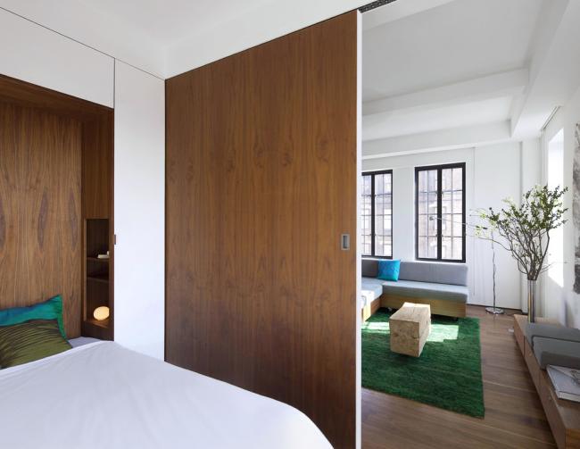 Раздвижная перегородка для разделения спальной зоны и зоны для приема гостей