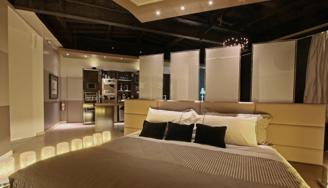 Проявить оригинальность в достаточно просторной квартире можно, разделив спальную и гостиную асимметрично и избегая прямых углов