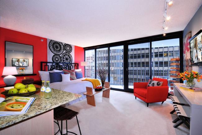 Красный цвет в оформлении стен в спальне - очень смелое решение