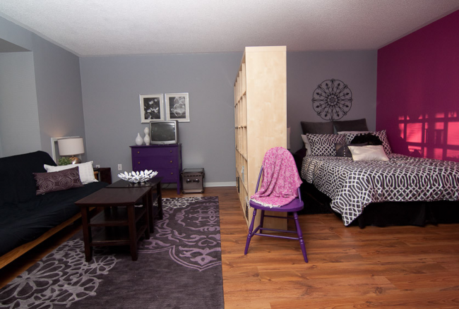 Стеллаж без задней стенки - очень распространенный способ зонирования комнаты