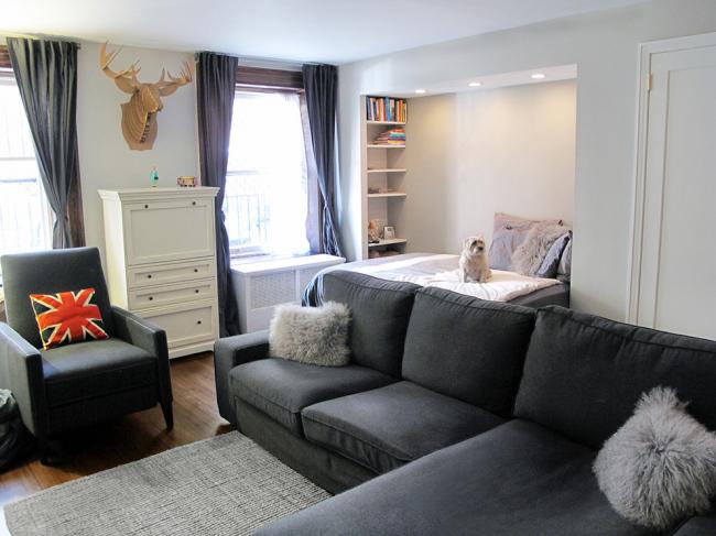 Спальная зона, расположенная в нише гостиной
