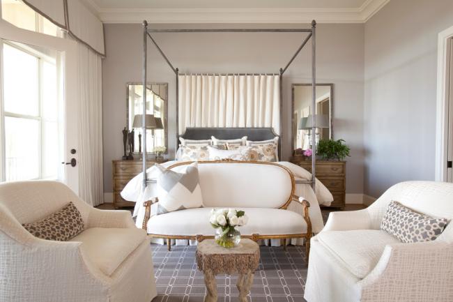 Во время визуального разграничения спальни и гостиной не стоит всё же забывать, что это одна комната