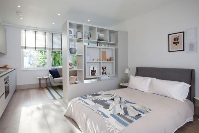 Стеллаж без задних стенок для отделения спальной зоны