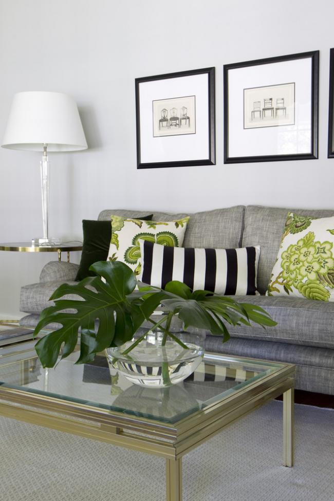 Светлая гостиная в монохромных тонах с графическими рисунками оформленными в рамки