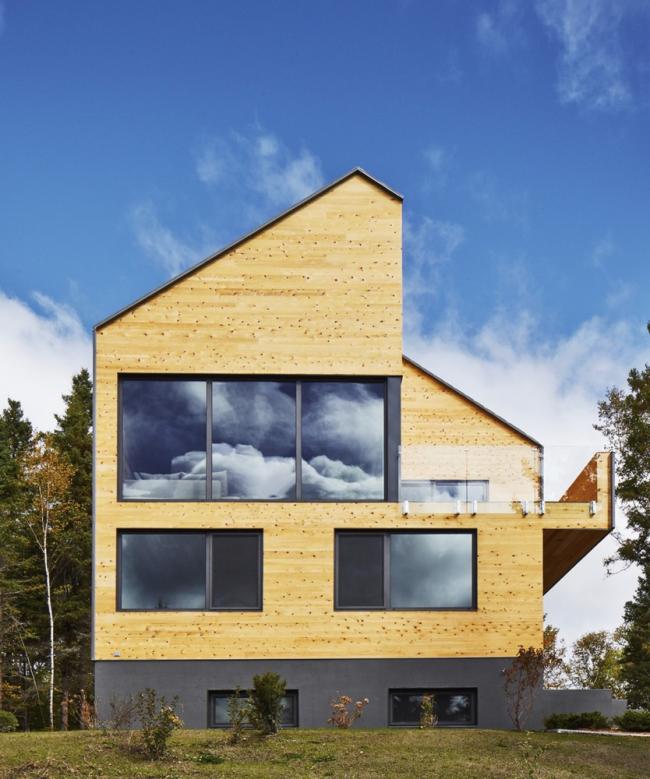 Современный дом обшит блок -хаусом под брус