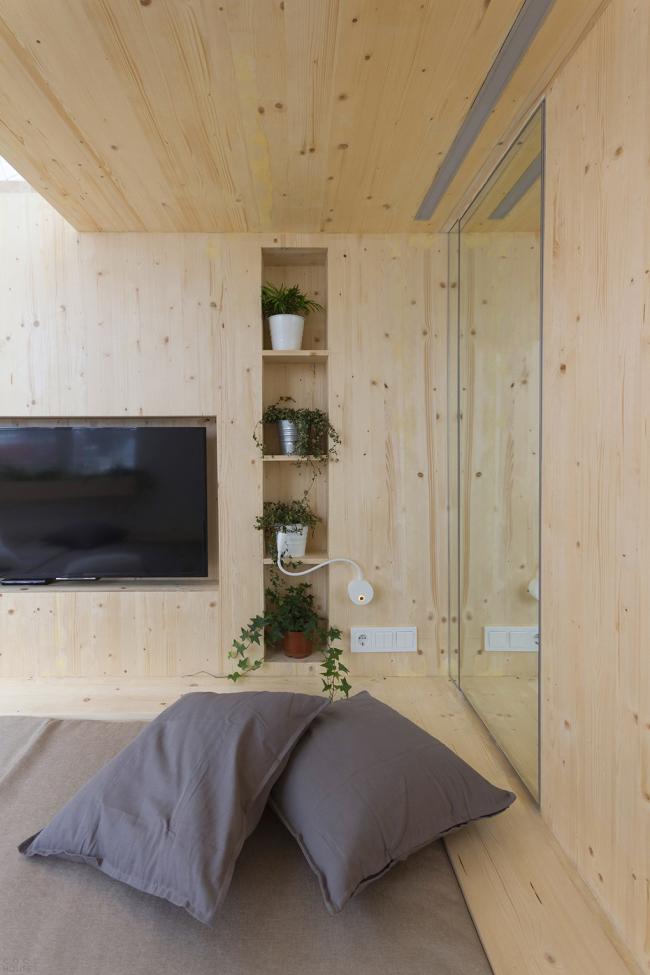 Стены, пол и потолок оформлены с помощью имитации бруса