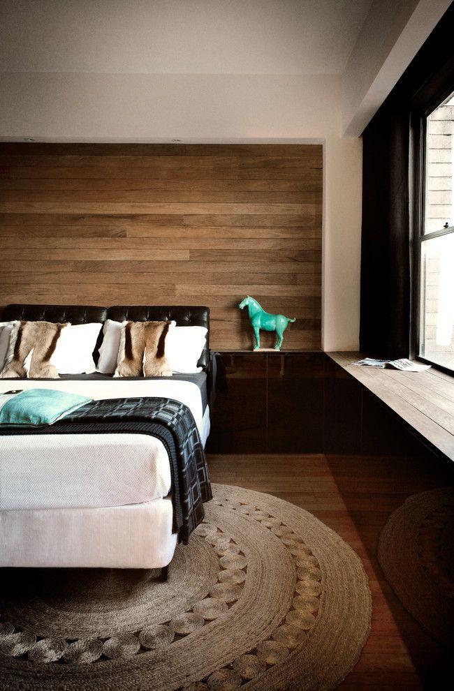 Узкие ламели прекрасно смотрятся у изголовья кровати