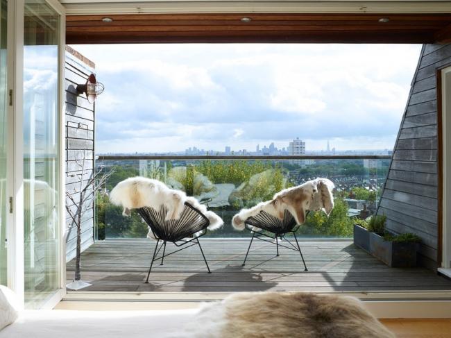Открытая квартирная терраса с деревянной отделкой пола и перегородок
