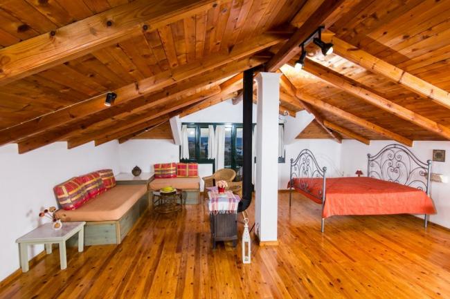 Красивая отделка мансардной комнаты липовыми ламелями под брус