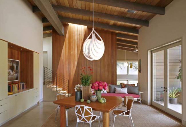 Имитация бруса из липы идеально смотрится в просторной гостиной