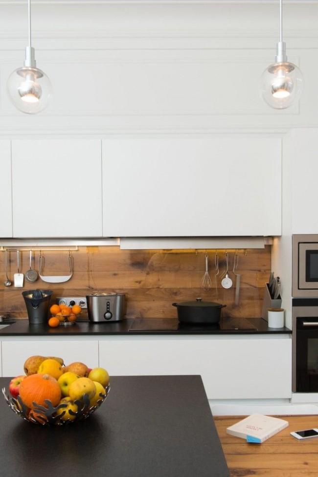 Деревянные панели имитации бруса на кухонном фартуке, защищенные стеклом