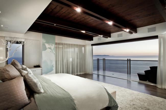 Классическая спальня с темным потолком, обшитым имитацией бруса