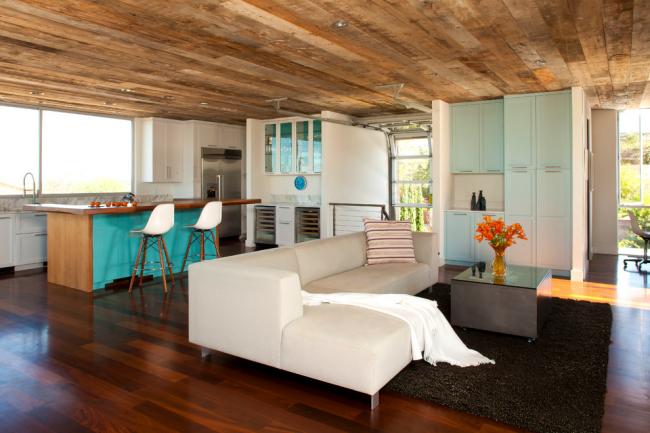 Изюминкой современного интерьера - отделка потолка фальшбрусом