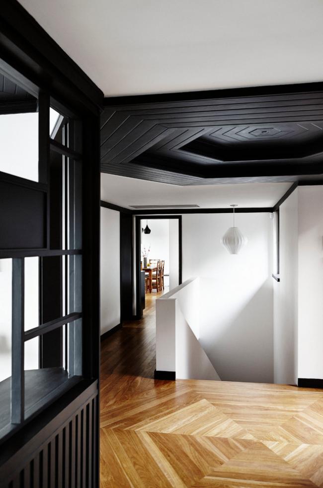 Стильный контрастный интерьер прихожей с окрашенной имитацией бруса на потолке