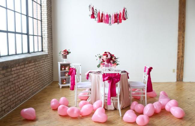 Хаотично разбросанные надувные шары на полу придают празднику воздушности