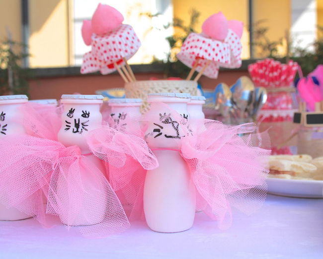 Для самых маленьких можно интересно украсить баночки с йогуртом