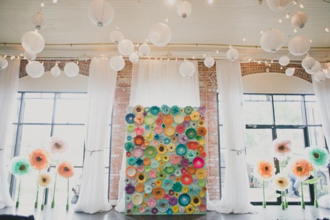 Праздничное оформление просторной комнаты множеством гирлянд и китайских шариков