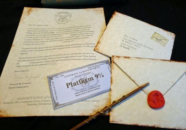 Специальная бумага с эффектом состаривания станет отличной основой для приглашения на день рождение в стиле Гарри Поттера