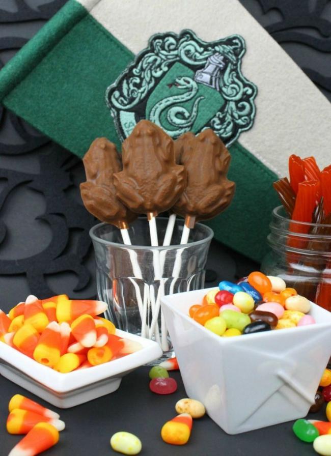 Украсьте праздничный стол шоколадными жабками. Их можно сделать самостоятельно