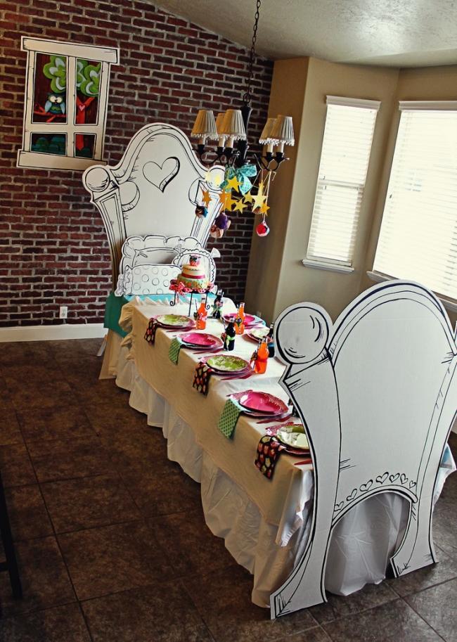 Красивая яркая посуда на тематическом дне рождения
