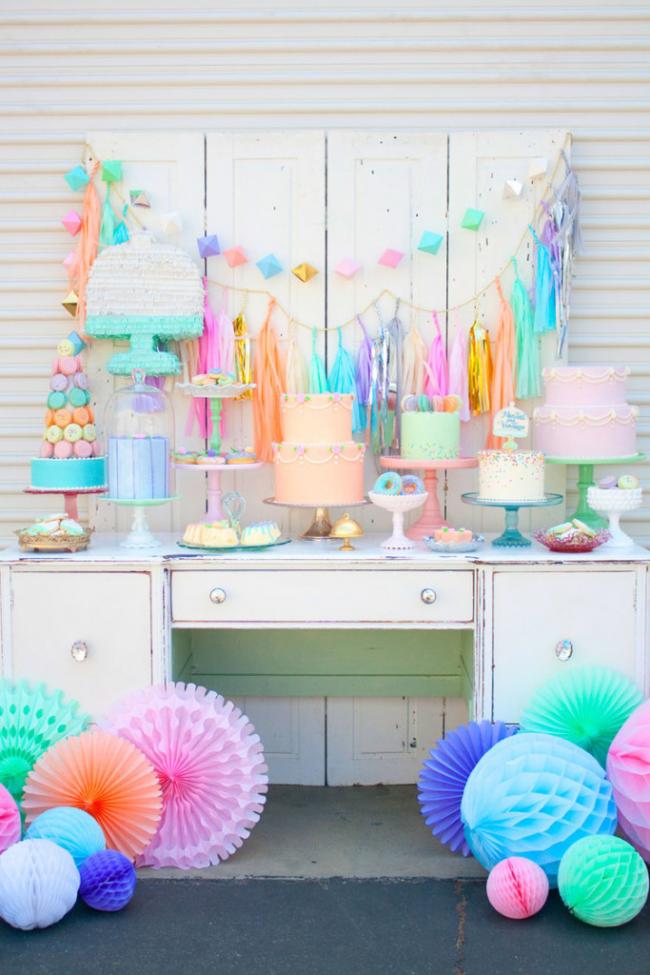 Украшение комнаты в пастельных тонах придаст особый утонченный вкус праздника