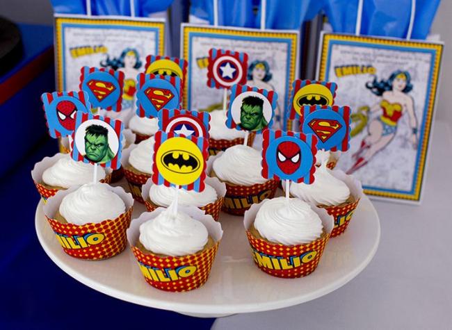 Чтобы создать оригинальное украшение на праздничный стол, просто распечатайте разноцветные картинки с тематикой супергероев и приклейте на палочку