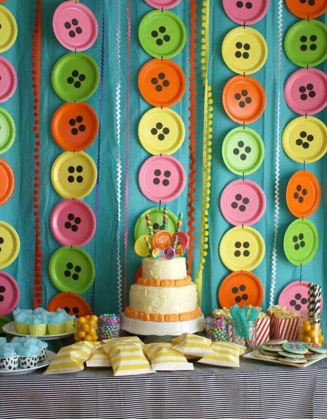 Гирлянды ручной работы из разноцветной одноразовой посуды - простое и одновременно яркое украшение комнаты на детский праздник