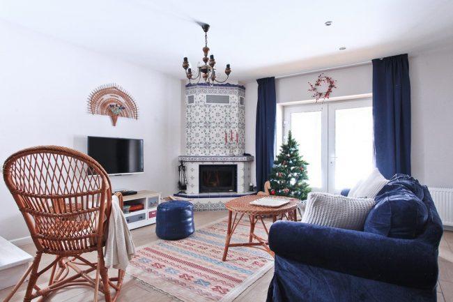 Бело-синий камин в интерьере светлой гостиной