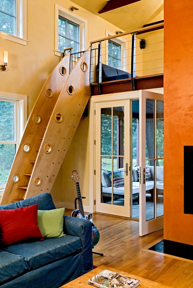 Лестница с глухими деревянными перилами, заимствующими вид корабельного трапа. Хороша для дома, где есть дети или в квартире (доме) молодых людей, любящих юмор и свободу в дизайне