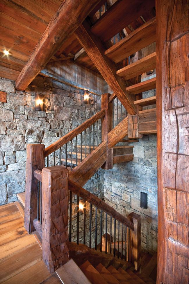 Деревянная лестница - лучшее решение для дома в деревенском стиле